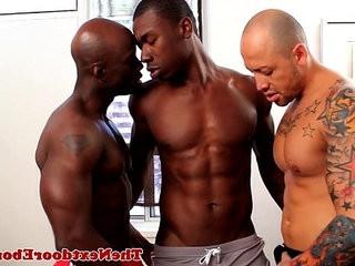 Interracial gay threeway with droolroasted man